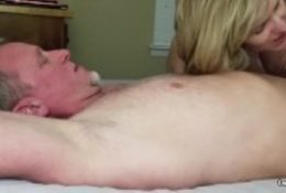 Pompino con ingoio mia moglie in webcam